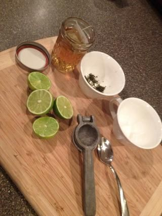 (Yo no't have lemons so I substituted limes but both work fine) replace tea into mason jar.