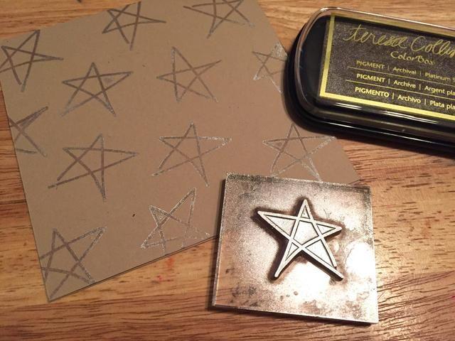 utilizar sello grande estrella garabato con tinta Plata Platino para agregar estrellas todo frente de la tarjeta.