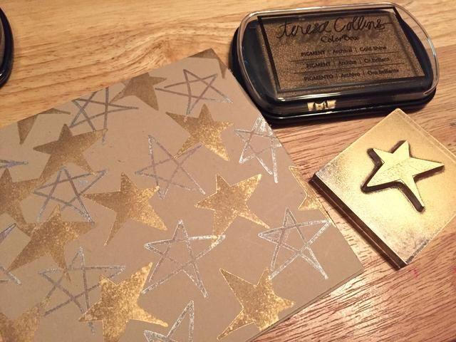 utilizar gran estrella y del brillo del oro de tinta sólida para agregar estrellas todo frente de la tarjeta.