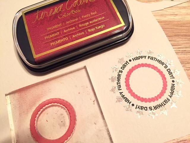 estampar siguiente círculo con tinta roja Fiesty.
