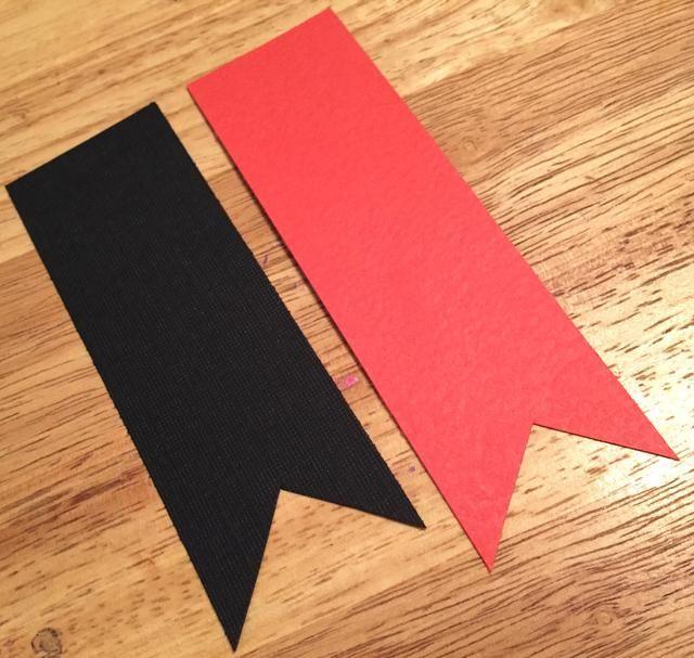 cortar un 1 1/2 X 4 1/2 pedazo de cartulina negro y un 1 1/2 X 5 pedazo de cartulina roja. cola de milano un extremo de cada pieza.