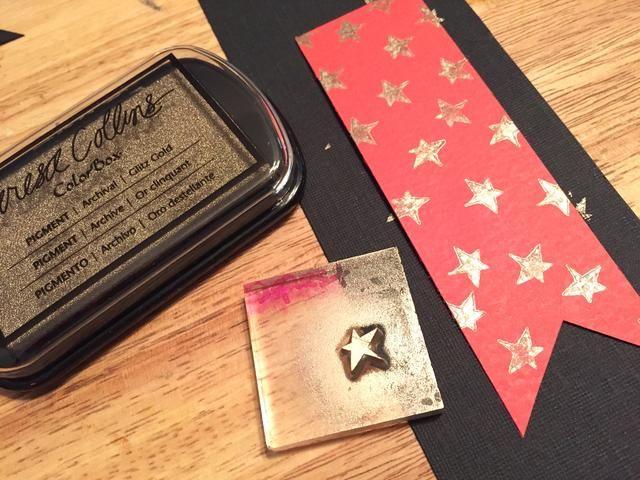 utilizar pequeña estrella y Glitz Tinta Oro para agregar estrellas a la pieza de cartulina roja.