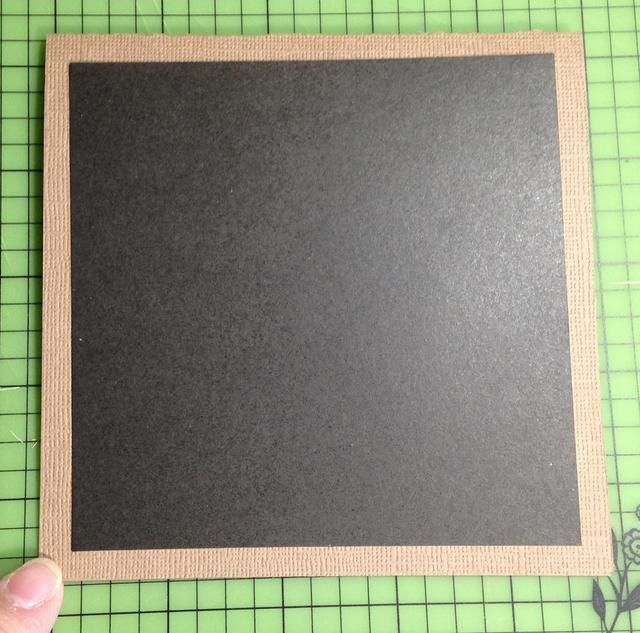 cortar y adherir un cuadrado de cartulina negro 4 1/2 a centro de base de tarjetas