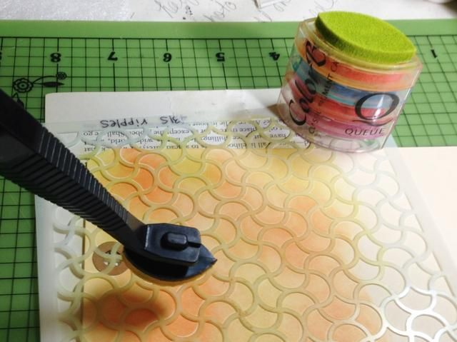tinta en resto del patrón usando Lemongrass tinta pigmentada, a continuación, mezclar colores juntos donde se reúnen