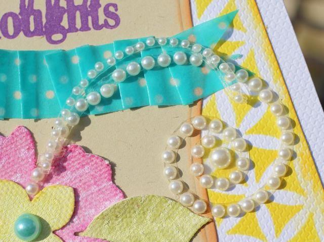 cortar aparte remolinos de la perla y coloque en frente de la tarjeta. También se adhieran perlas a los centros de flores para terminar tarjeta.
