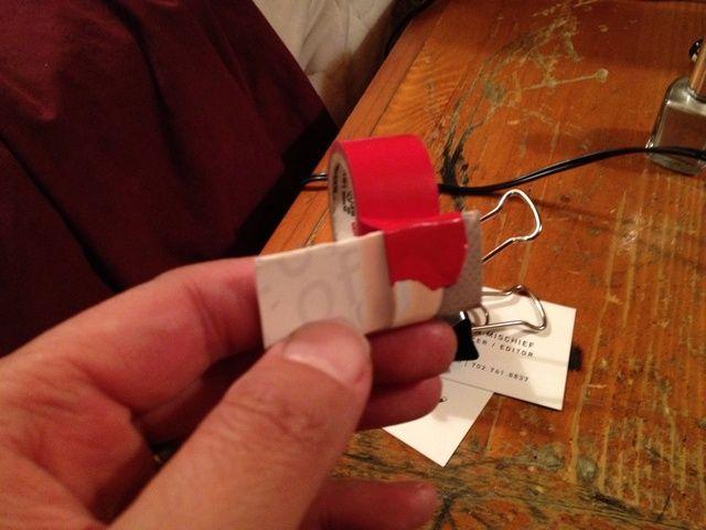 Pegue su tarjeta en forma de L. Reforzar con tus clips de papel si se desea.
