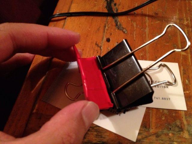 Abra el la gran clip y deslice su nueva pieza en el clip como se muestra.