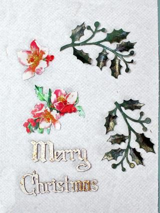 Flores cortadas quisquillosos desde agraciada Garland papel y troquelado hojas de acebo. Dab Lindy's mist on the leaves for interest. The sentiment is done with Creative Embellishments chippys. Use whatever you like.