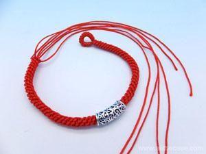 Ate un nudo en el extremo. Corte el 4 de cuerdas y grabar las discusiones. Enhebrado perlas de plata de ley con el resto de los cables, y luego atar un nudo sobre la mano.