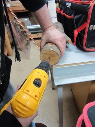Usando una broca con un diámetro un poquito más pequeño que el gancho de rosca, perfore un agujero de 2 pulgadas en la parte superior del tronco.