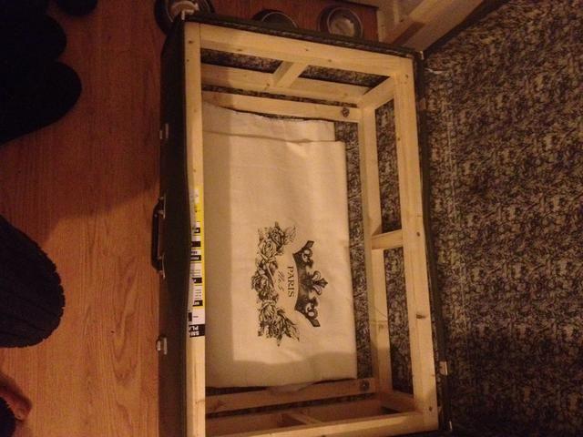 Construir un marco de cuadro y fijar a la parte inferior de la caja. fije las patas a marco de madera para un fuerte apoyo.
