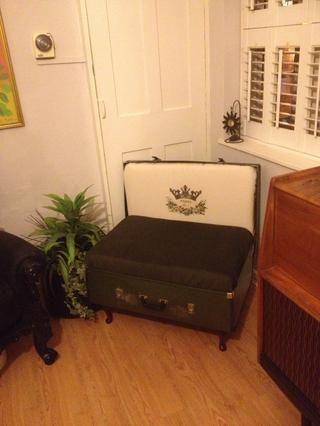 Hey presto - muy robusto silla maleta de la vendimia. Marco de madera, ignífugo, la reina Ana percal cable de piernas belleza tapizados. Uno de una especie debe tener artículo. Más próximamente a la venta solamente Reino Unido