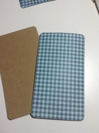 Cubra todas las páginas de papel kraft con papeles con diseños de By the Sea.