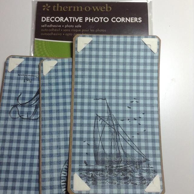 Adherirse estas esquinas de la foto de decoración a páginas como se muestra.
