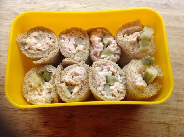 Repita el procedimiento con una segunda rebanada de pan y el atún restante y encurtidos. Meta las piezas en un recipiente pequeño, y usted're ready to go!