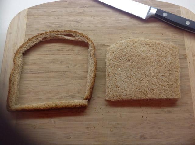 Cortar las cortezas fuera de una pieza estándar de pan de trigo integral.