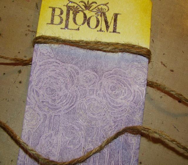 Desde aquí usted puede utilizar su imaginación creativa para embellecer su etiqueta o tarjeta. Elegí yute y envolví alrededor de 3 veces, adjunto un pequeño encanto