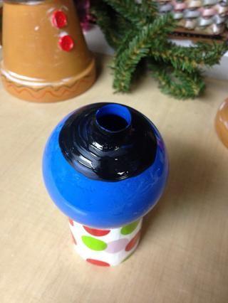 Pintar un sólido círculo negro en la parte superior de la ornamentación. Deje que la primera capa se seque, luego pintar una segunda capa. He utilizado el esmalte de uñas en la pintura exterior. Hecho una cobertura más sólida, no es fácilmente rayado fuera.