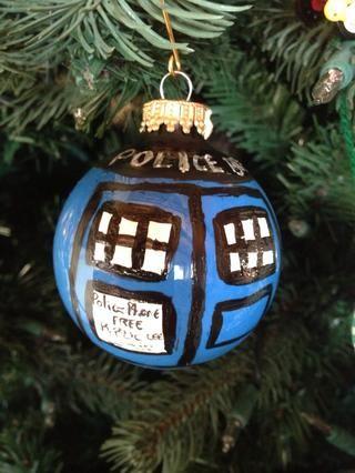 Colgar en el árbol y admirar su'Time and relative dimension in space' ornament.