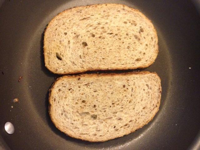 Freír las dos rebanadas de pan. Alternativamente u puede tostar el pan, sino hacer u señorita realmente quiero en el sabor del pan de mantequilla frita? No, tú no.