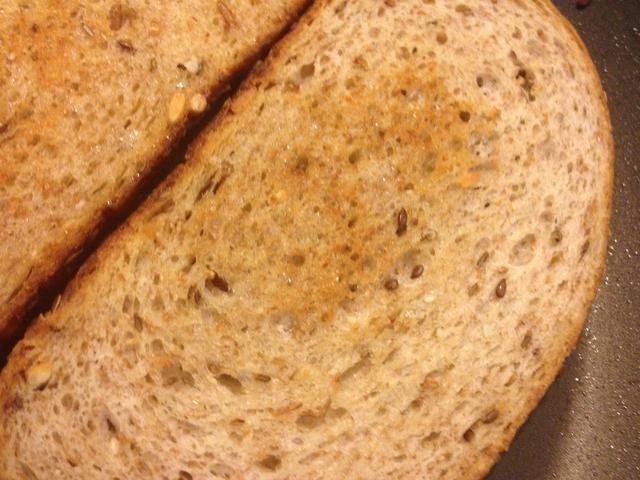 Espere hasta que el pan se vuelve marrón y darle la vuelta para que el lado cocinado está alto, como se muestra en la imagen.