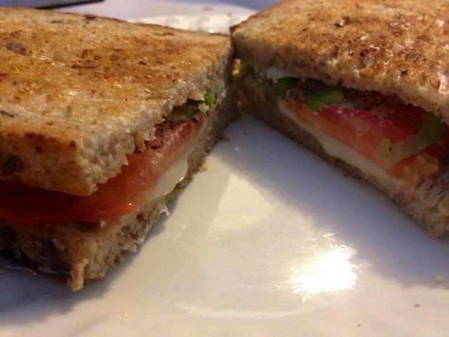 Cierre el sándwich de nuevo y disfrutar mientras hace calor!