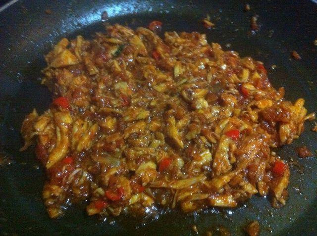 Agregue el pollo desmenuzado, un poco de caldo de pollo. Sazonar al gusto y cocine hasta que el pollo absorbe todo el sabor