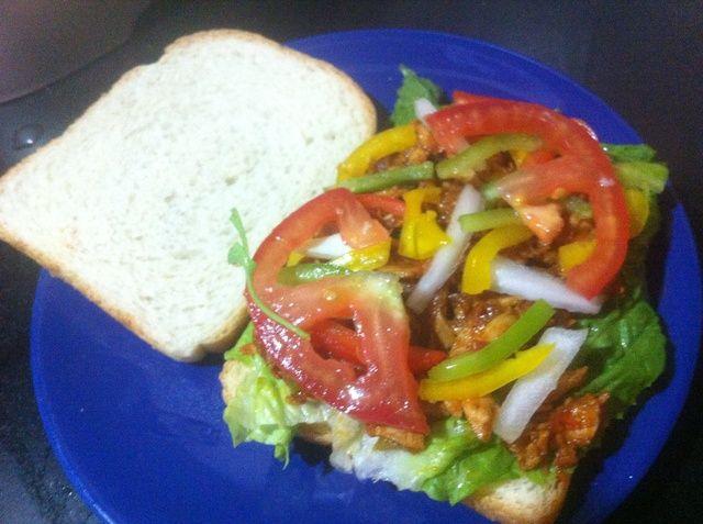 Capa del pollo y verduras, he usado los ingredientes enumerados en el paso 1 más lechuga. También puede añadir el queso y el pop en la parrilla hasta que se derrite