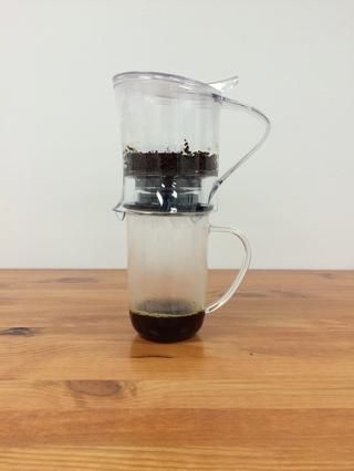 Prescindir de todo el té de la Steeper directamente en una taza de 16 oz