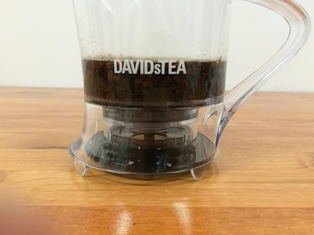 Añadir agua caliente a la parte superior del logotipo DAVIDsTEA.