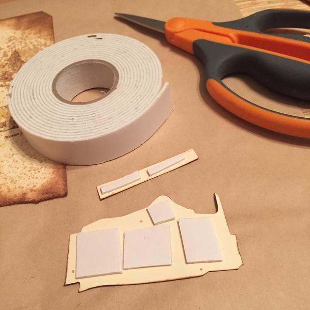 utilizar cinta de espuma para adherir piezas cortadas para etiquetar