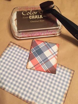 cortar un 3 X 5 pedazo de papel de algodón barato y 1 1/2 X 2 pedazo de papel a cuadros. bordes de tinta con tinta castaña Roan Tiza