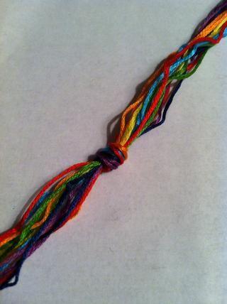 Cortar 2 hilos de cada color corté mina en 40 pulgadas. Esto es para una pulsera de aproximadamente 5 pulgadas de la sección de nudos y 2, los lazos 3in. Ate un nudo de rizo 5 pulgadas hacia abajo