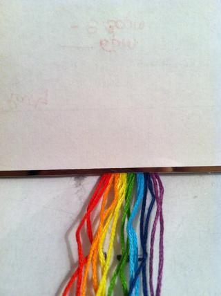 Alinear las cuerdas en grupos de dos. Una vez que entienda su para hacer esto, usted puede cambiar el número de cuerdas y colores.