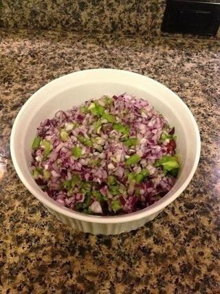 Mezcle el pimiento verde y la cebolla en el tazón.