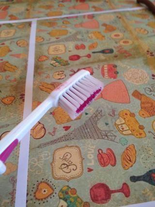 Texture la cookie con el cepillo de dientes.