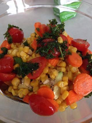 Actualización: misma idea, diferente ensalada. Esta ensalada había lata de maíz y las zanahorias en la parte inferior, los tomates, el queso feta, semillas de girasol, aguacate, perejil, y los verdes. Esta imagen muestra la parte inferior de la ensalada.