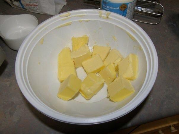 El siguiente es 80 gramos de mantequilla. Tengo 125 gramos. Fundirlo.