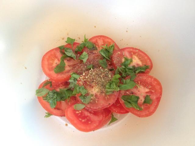 Añadir 1 cucharadita de orégano, una ramita de albahaca picada, vinagre balsámico 2tsp, un chorrito de aceite de oliva y pimienta recién molida negro. También puede agregar un poco de ajo machacado, si quieres.