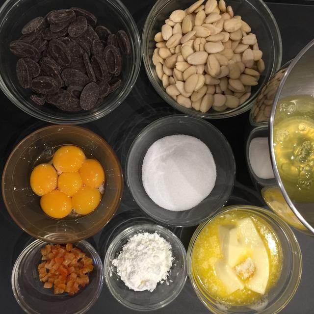 Ingredientes: 250 g de chocolate, almendras 350 g, 6 huevos separados, azúcar 150 g (o azúcar moreno), almidón de maíz 20 g, 225 g de mantequilla fundida, la ralladura de naranja. (Didn't have I used candid orange peel)