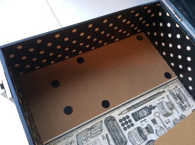 Se adhieren al velcro opuesto dentro de la caja, alineando con el velcro en la parte inferior de las cajas.