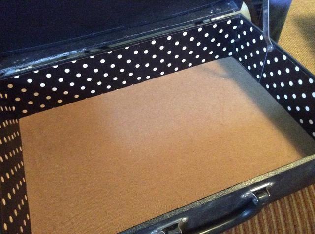 Medir, a continuación, cortar el papel para envolver alrededor de los bordes interiores del caso. Se adhieren con un adhesivo fuerte y seco.