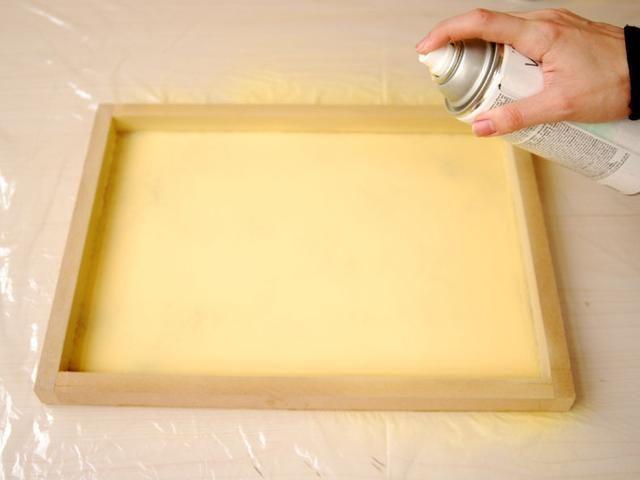 Pulverizar el interior de la bandeja con el color de pintura y esperar media hora para secar.