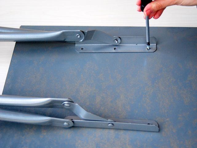 Una las patas del taburete a la parte inferior de la bandeja. Si la bandeja de madera muy delgada, puede adjuntar las piernas con pegamento epoxi o adhesivo metal.