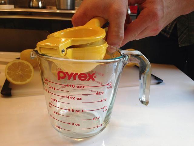 El uso de un exprimidor de mano, apriete mitades de limón en una taza de medir asegurándose de que hay 1 oz para cada bebida. Establecer el jugo a un lado.