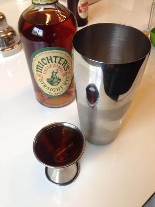 En una coctelera, añadir hielo y 1,5 onzas de Michter's Single Barrel Rye.
