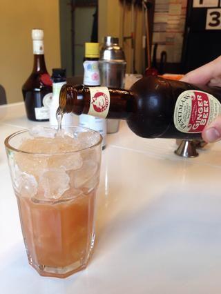 Verter en un vaso de hielo, preferiblemente un vidrio de alta pelota. Rematar con cerveza de jengibre.