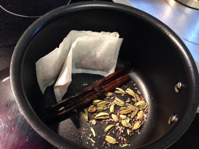 Coloca Rooibos bolsitas, ligeramente aplastado cardamomo y vainilla vainas y semillas en una olla mediana.