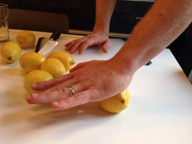 Para el jugo de limón, se utilizó limones frescos. Consejo: Rollo de limones en una superficie plana antes de cortarlo abierto. La aplicación de una ligera presión con la mano mientras rueda él. Esto asegurará que usted obtenga el máximo jugo.