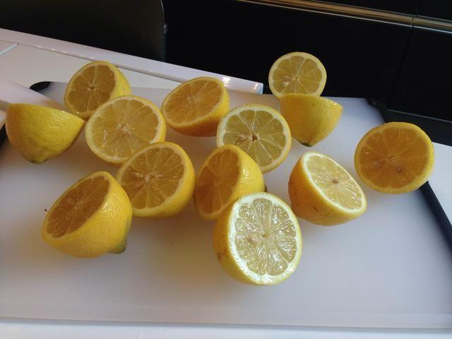 Cortar los limones por la mitad.